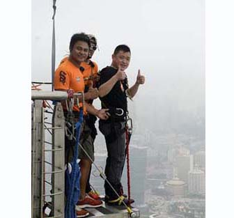 Congratulating Mr Zhang Daojing challenges Asian Highest Bungee 233M Succeed !